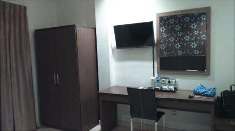 Meja Tv Di Bogor lemari dan meja kerja di kamar foto hotel permata bogor