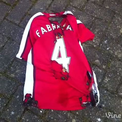 Kaos T Shirt Cesh Fabregas Fabregas arsenal news gunners fans burn cesc fabregas shirts following move to chelsea metro news