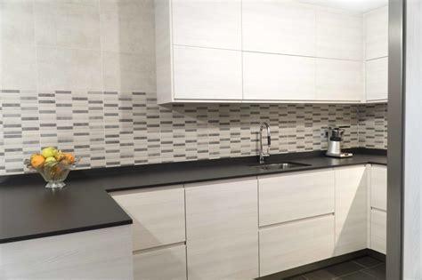 cocina blanca en madera sin tirador  encimera dekton