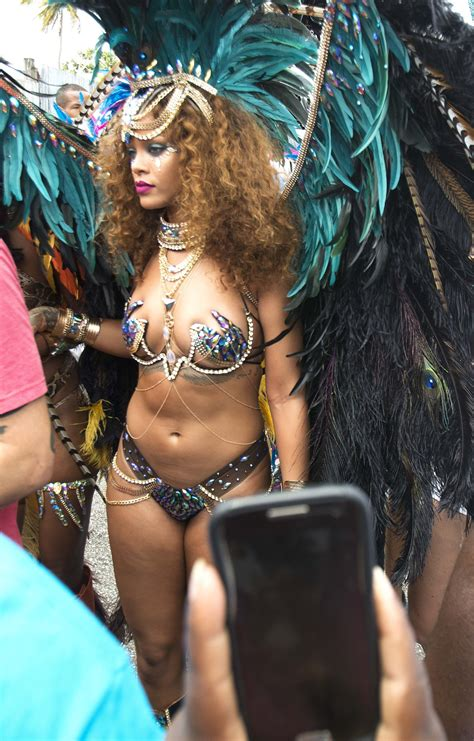 rihanna goes topless and flashes booty in v magazine says sexy pics of rihanna the fappening leaked photos 2015 2018