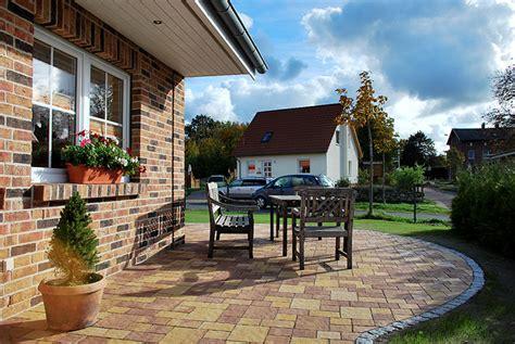 terrasse über eck zaunbau eckterrasse pflasterarbeiten thujahecke