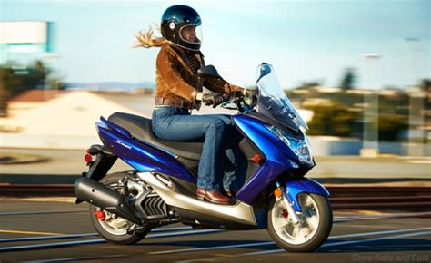 yamaha shows  smax sport scooter dsfmy