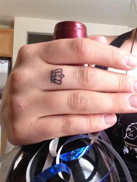 手指上唯美漂亮的小皇冠纹身第2页