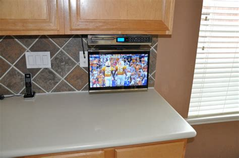 under cabinet kitchen tv best buy venturer under cabinet tv reviews www redglobalmx org