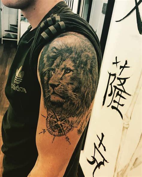 tatuaje leon brazo lloydstattoo ink