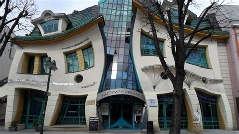 crooked house a vacation home tilts to the right it is krzywy domek the crooked house sopot poland