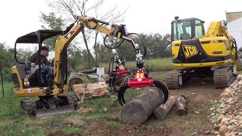 piccoli escavatori da giardino trattori che trasportono legna a maggiora con gru