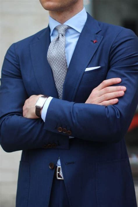 what color should of the wear what color shirt and tie should i wear on a navy blue suit