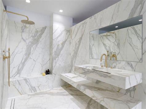 petit bureau com馘ie fran軋ise le marbre fait come back dans les salles de bains