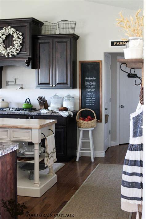 Cottage Kitchen Cupboards - stunning cottage kitchen the wood grain cottage the