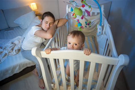 kleinkind ins bett bringen ein baby und ein kleines zugleich ins bett bringen