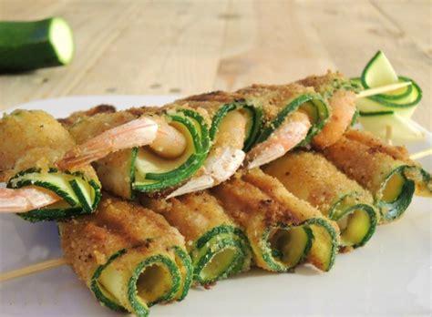 come cucinare zucchine e gamberetti spiedini di gamberi e zucchine pomodoro rosso ricette