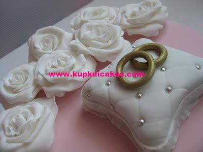Orderan Dwi kupkui cakes white roses anniversary cake