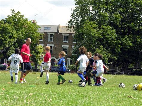 imagenes de niños jugando en un parque ni 241 os jugando al f 250 tbol en el parque foto editorial de