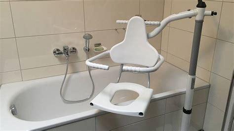schwenklift badewanne hilfsmittel ratgeber quot badewannenlifter als erleichterung