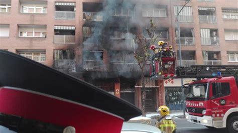 una columna de foc una gran columna de foc i fum obliga a desallotjar un supermercat i dos blocs de pisos r 224 dio