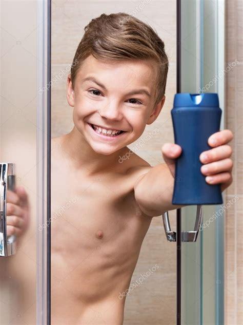 boys badezimmer junge nimmt eine dusche im badezimmer stockfoto