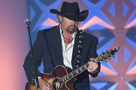 toby keith how old toby keith emotionally salutes 93 year old vet in concert