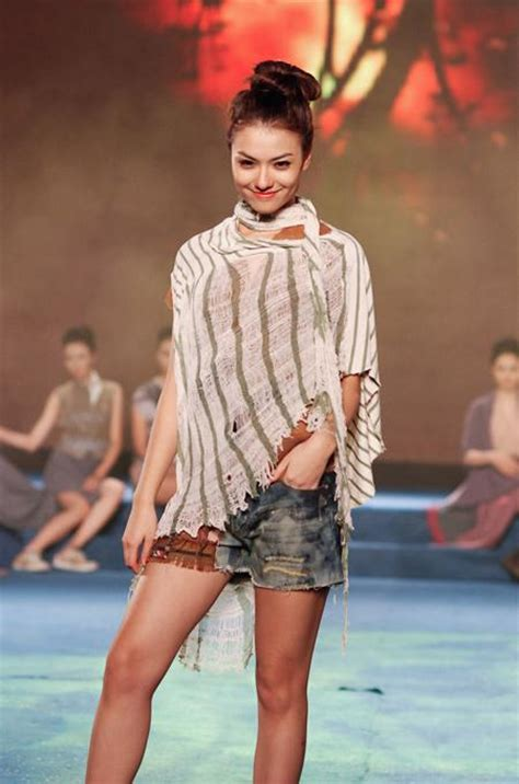 Charming lace, chiffon designs at the Vietnam Fashion Week ... What Day Of The Week Was October 8 2012