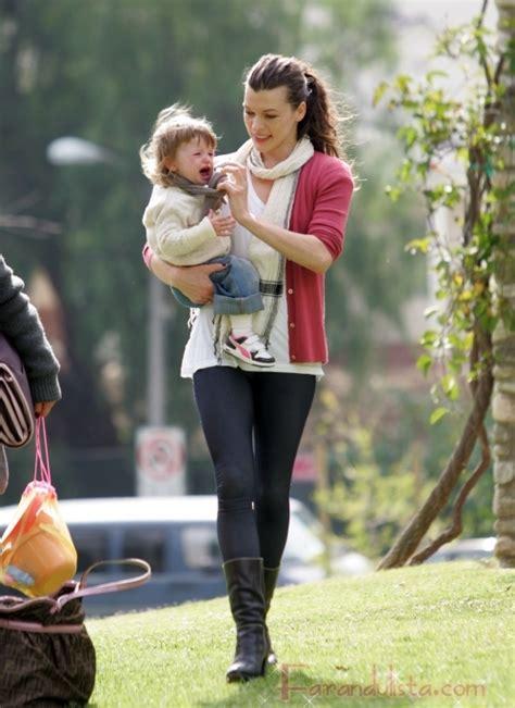 milla jovovich y sus hijos mila jovovich juega con su hija ever gabo en el parque