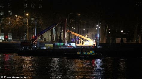 thames river underground second world war bomb found in thames at westminster