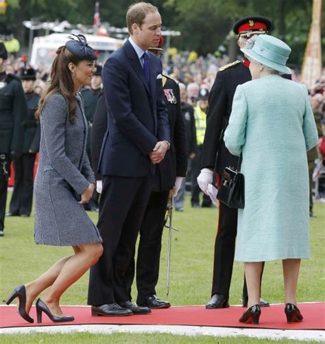 kate middleton loses queen elizabeths favorite status to will duchess bow to princess royal protocol may ask kate