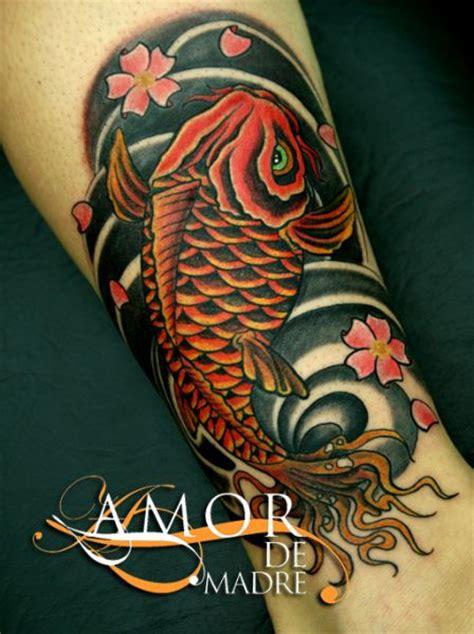 tattoo pez koi pierna amor de madre portada