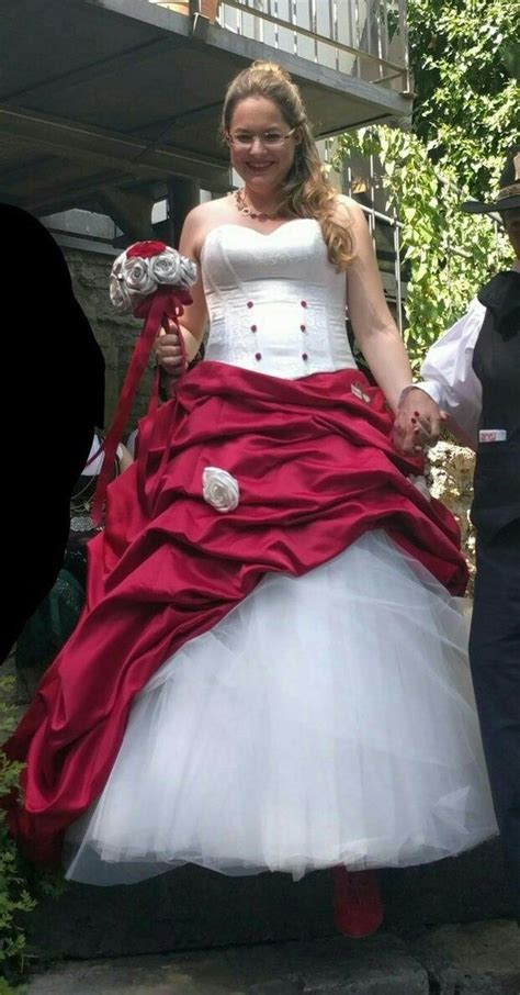 Re And White Wedding Dresses by Why Do Some Brides Get Married Using Wedding Dresses