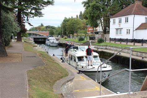 thames boating holidays vier mannen en een linssen motorboot op de rivier de