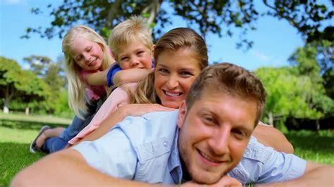 imagenes de la familia reunida familia felicidad familiar alegr 237 a hd stock video