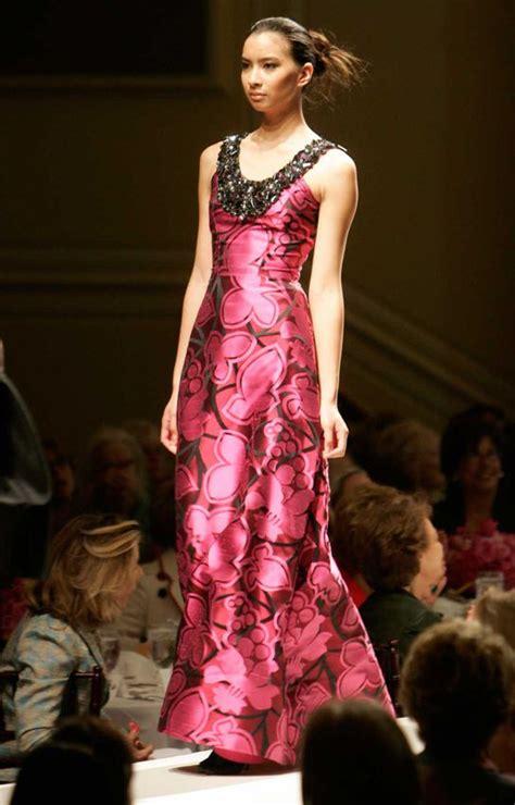 2 B Free Fall 2007 At La Fashion Week by Oscar De La Renta S Designs Through 7 Decades