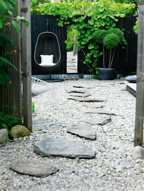 Agréable Faire Un Jardin Japonais Pas Cher #4: 0-faire-une-all%C3%A9e-en-gravier-revetement-sol-exterieur-pas-cher-gravier-all%C3%A9e-exterieur-jardin.jpg