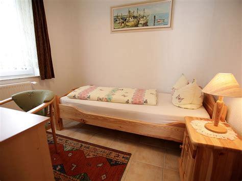 schlafzimmer mit einzelbett schlafzimmer mit schreibtisch raum und m 246 beldesign