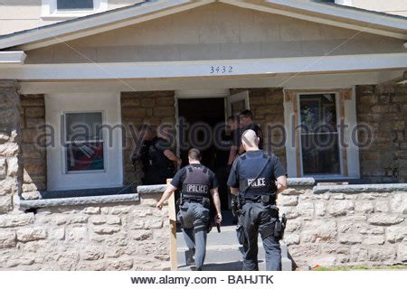 Kansas City Missouri Warrant Search Tactical Team Serving A High Risk Related Search Warrant Stock Photo