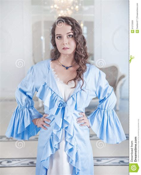 la robe de chambre femme dans la robe de chambre bleue image