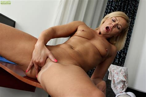 Horny cougar Carrie masturbates Her Older Pussy At mature sex Pictures