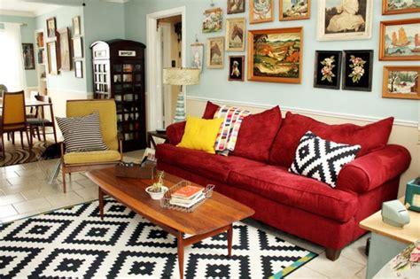 wohnzimmer mit rotem sofa rotes sofa ins innendesign einbeziehen inspirierende