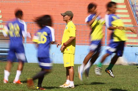 Samsung J5 Gresik pelatih persegres gresik united liestiadi tengah saat memimpin pemusatan latihan di stadion