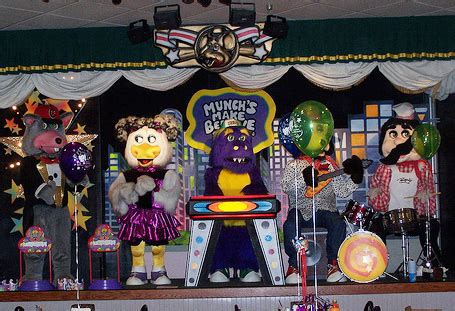 The chuck e cheese animatronic band