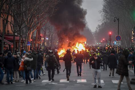 paris erupts  violence     yellow vest
