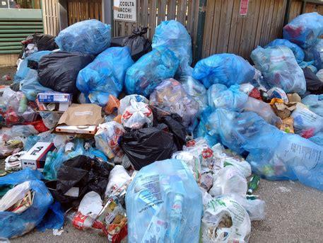 ladari di plastica rifiuti rubano plastica caccia a ladri sicilia ansa it