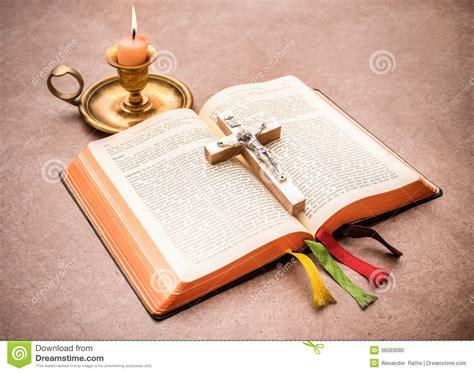 una biblia the una biblia abierta en una tabla foto de archivo libre de