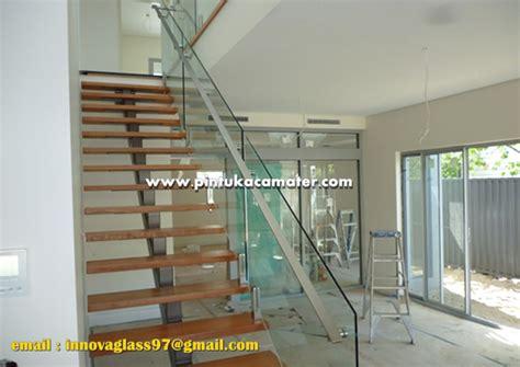 Kaca Stainless railing kaca stainless pada rumah minimalis pasang pintu
