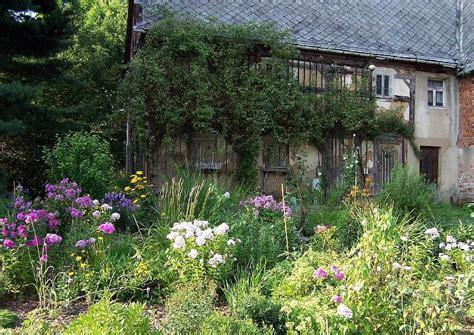 English Tudor Cottage englischer garten cottagegarten 05 monochrome einfarbige