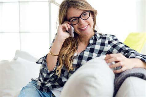 horoscopos psiquicos videntes expertos mujer hablando por telefono
