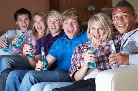 alkohol entgiftung zu hause of freunde sitzen auf sofa zu hause vor dem
