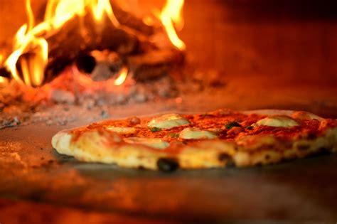libro pizza gourmet la pizza di quot o fiore mio quot protagonista di un libro dedicato al piatto italiano pi 249 famoso
