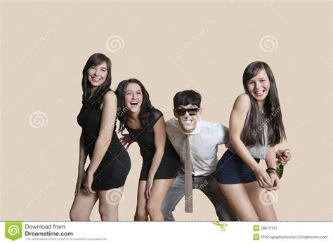 imagenes jovenes alegres retrato de los amigos jovenes alegres que presentan sobre
