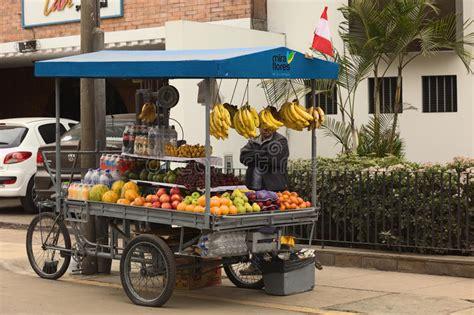 venditore ambulante alimentare vendedor ambulante no identificado que vende las frutas de
