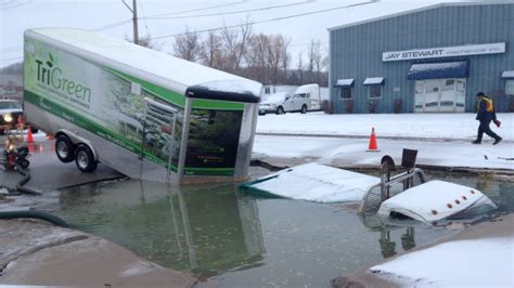 Truck Driving School Kitchener by Truck And Trailer Fall Into Sinkhole In South Kitchener